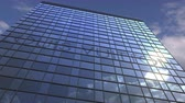 reclame : LOUIS VUITTON logo against modern building reflecting sky and clouds, editorial animation Stockvideo
