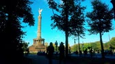 bisiklete binme : Famous Berlin Victory Column in Tiergarten Park and silhouettes of people and cyclists