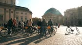 посетителей : BERLIN, GERMANY - OCTOBER 21, 2018. Guided city bike tour Стоковые видеозаписи