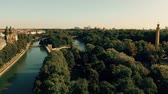 munique : Aerial view of the River Isar and the dam within city limits of Munich, Germany
