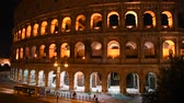 kolosszeum : Glimpse of the Colosseum at night, in Rome illuminated by artificial light