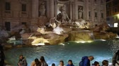 скульптура : Trevi Fountain surrounded by tourists, evening shooting in Rome