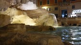 резной : Trevi Fountain surrounded by tourists, evening shooting in Rome