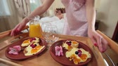 camisola : Female bringing partner a tray with delicious breakfast in bed