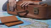 замедленный : Tourist ready for vacation tapping fingers on old suitcase, travel around world Стоковые видеозаписи