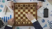 concorrente : Business competitors playing chess game, company taking strategic step on market
