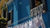 промывали : Fresh white laundry drying in wind, aroma from eco-friendly washing powder