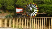 orientace : Wind turning slowly blades of weathervane windmill by road, weather forecast