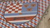 chorwacja : Tiles of St. Marks church with coat of arms of Zagreb and countries triune Wideo