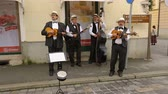 sesleri : Street musicians playing guitars and singing songs, performance, music in Zagreb