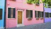 uklizený : Cozy pink house with flowerpots, beautiful colorful building in Burano, Venice