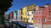 опрятный : Wonderful view on multicolored residential buildings and Venetian canal, Burano