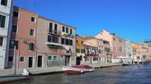 excursão : Boat sailing on canal in Venice, view on cozy multicolored houses in Burano