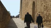neapol : Men tourists walking near beautiful ancient Egg Castle in Naples, tourism