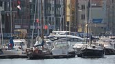 estacionamento : Beautiful white yachts with waving flags parked in Gdansk port, water transport