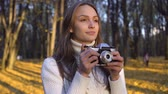 захват : Lady admiring autumn through vintage camera lens and trying to capture moment Стоковые видеозаписи