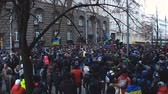 протест : People with Ukrainian symbolics form huge crowd in a narrow street, revolution Стоковые видеозаписи