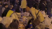 dayanışma : Volunteers helping to prepare and distribute food during Ukrainian revolution Stok Video