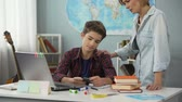begrip : Mom persuading her son to do homework, correct approach to child, compromises Stockvideo