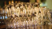 sofra takımı : Row of transparent wine glasses standing on bar counter, luxury catering service Stok Video