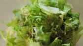 krok : Culinary professional mixing green salad by hands, step cooking instructions
