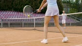 retorno : Friends playing tennis on court, active leisure time, sport activity in summer