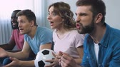 conveniente : Football fans roaring for victory of favourite team in championship, slow-mo
