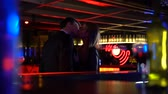 metáfora : Confident attractive woman initiates kissing with shy man in bar, first step