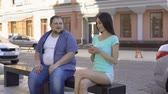 bacharel : Overweight male trying to get acquainted with sporty young female on bench Vídeos
