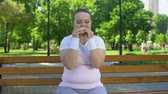 cukrzyca : Fat girl struggles with temptation to eat burger, prefer junk food, no willpower Wideo