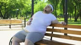 doloroso : Obese man feels side aches after strenuous workouts outdoors, health problems