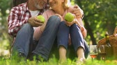 ajánlás : Senior couple holding apples in park, natural food and healthcare recommendation