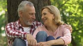 pensão : Old couple talking then looks into camera, pension reform, healthy retirees