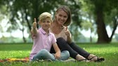 bem estar : Happy woman and boy showing thumbs up, ad of social support for single mothers