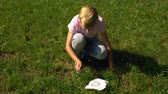 ohrožení : Boy trying to make fire with magnifier and paper, tips for surviving in forest