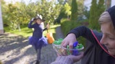 guloseimas : Children take candy and run away, trick-or-treating on Halloween.