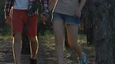 поход : Happy couple of backpackers walking in forest, enjoying summer adventure, hike Стоковые видеозаписи