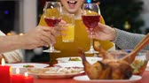 saúde : Parents and child raising toast at Christmas dinner, wish happiness and health