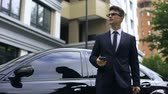 gestion du temps : Anxious young businessman waiting for late partners, poor time management Vidéos Libres De Droits