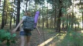 panico : Beast chasing young camper in forest, afraid girl runs from terrifying creature