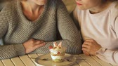 rejeitar : Girls push back dessert, reduce calories for weight loss, friend support at diet