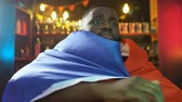 hombres : African-american fan with French flag watching match in pub, upset about defeat