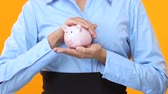 investidor : Lady in suit holding piggy bank, value-enhancing investments, profitable project