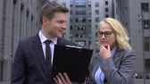 colega de trabalho : Senior business lady criticizing business project offered young male colleague Stock Footage