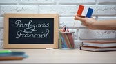 uitspraak : Do you speak French written on board, hand putting France flag in box, language Stockvideo