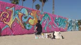 muren : Santa Monica Graffiti Artist Stockvideo