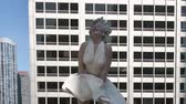 populair : Marilyn Monroe Standbeeld Stockvideo