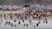 релаксация : Time Lapse of Crowded Beach. Стоковые видеозаписи