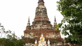 liegend : Pan Up von Statue von Buddha zum Tempel Top - Thailand Stock Footage