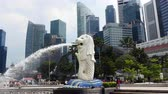 asiáticos : Zoom Out - Merlion Statue  Modern Singapore Skyline